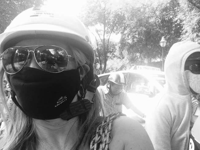 De mota em Saigão. A máscara era por causa da poluição.